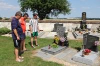 Uctění památky na místním hřbitově v Opařanech. Pietního aktu se zúčastnili (zleva): za rodinu Vakočů to byl bratr Miloš, předseda FK Řepeč-Opařany Ladislav Brůžek a za hráče Vojtěch Brandštýl.
