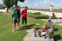 Uctění památky na místním hřbitově v Opařanech. Pietního aktu se zúčastnili (zleva): předseda SK Slovan Opařany Petr Jelínek, za rodinu Vakočů to byl bratr Miloš a předseda FK Řepeč-Opařany Ladislav Brůžek.