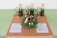 Poháry pro zúčastněné na turnaji 14. ročníku Memoriálu J. Vakoče a kytice na hřbitov