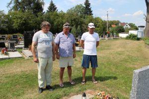 Uctění památky na místním hřbitově v Opařanech