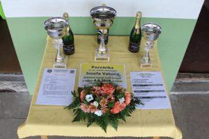 Poháry pro zúčastněné na turnaji 16. ročníku Memoriálu J. Vakoče a kytice na hřbitov